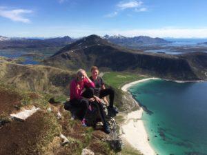 Gutt og jente på fottur i Lofoten